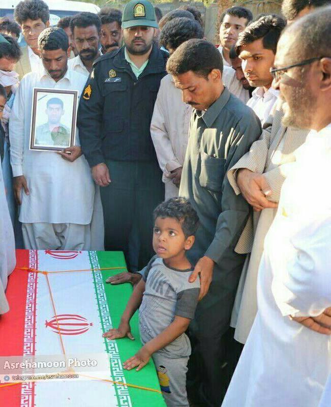 فرزند خردسال شهید اهل سنت حادثه تروریستی چابهار در کنار تابوت پدر