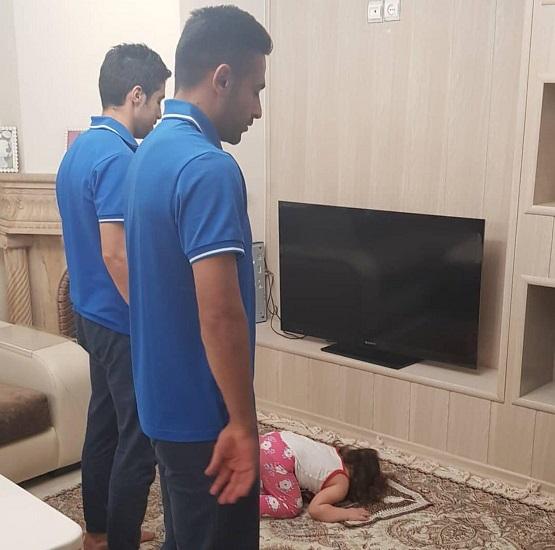 تصویری متفاوت از باجناق های استقلالی در حال نماز در منزل