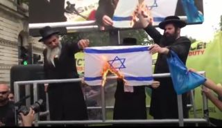 خاخامهای یهودی پرچم اسرائیل را آتش زدند! + فیلم