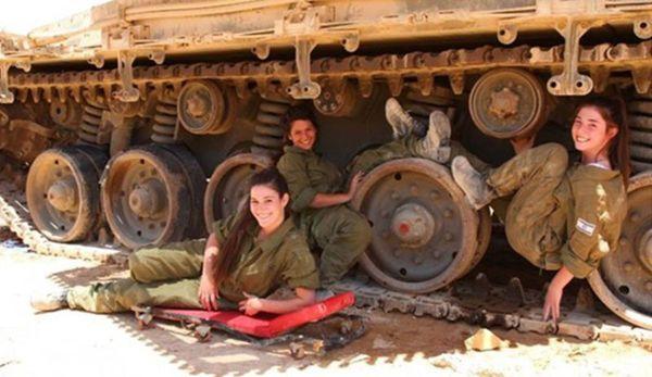 رسوایی اخلاقی نظامیان در داخل تانکها +عکس