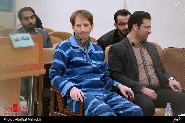 عکس/ ژست گرفتن بابک زنجانی برای عکاس دادگاه