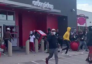 فیلم/ غارت فروشگاه توسط معترضان آمریکایی