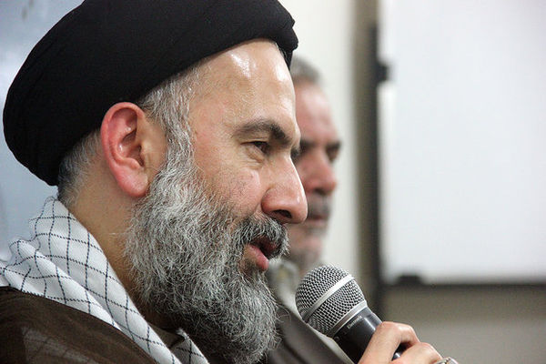 نظام اسلامی با ترفندهای دشمنان تضعیف نمی شود