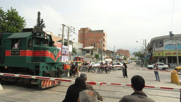 20 دقیقه توقف قطار در تنها خیابان اصلی بندرگز+تصاویر