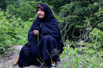 عکس/ مادری دست به ذکر و چشم انتظار در حوالی معدن یورت