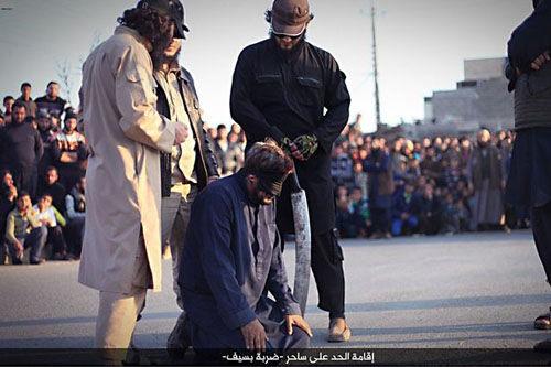 داعش یک جادوگر را با شمشیر زنگ زده اعدام کرد+ تصاویر