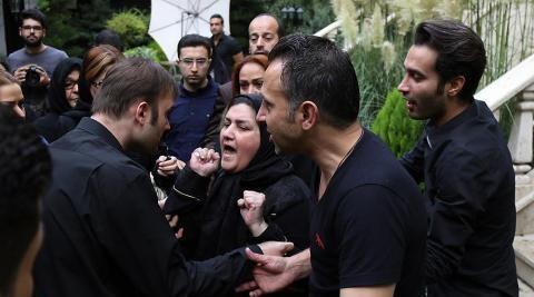 بوسه مادر بر «کفن علی طباطبایی» + تصاویر