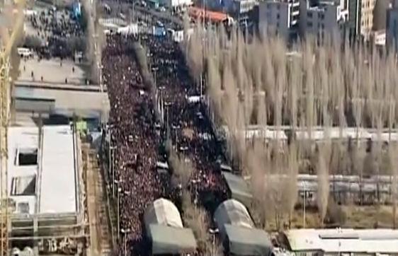 فیلم/ تصاویر هوایی از تشییع شهدای آتشنشان