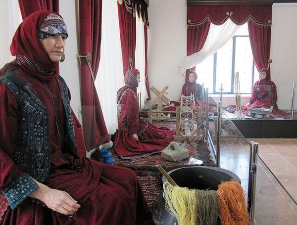 جلوه گری رنگ و نقش در لباس سنتی قوم قزلباش
