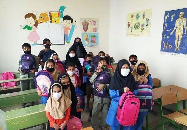 لبخند شادی بر لبان دانش آموزان کم برخوردار مدارس استان گلستان نقشبست