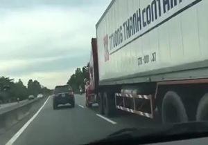 فیلم/ پلیس شجاعی که به تریلی راننده متخلف چسبید!