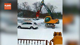فیلم / سیستم پاک کردن برف از روی ماشین ها در کانادا