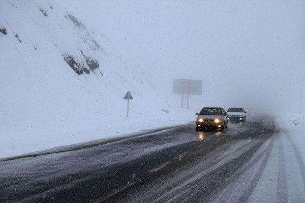 بارش برف در جاده های گلستان/تردد خودروها روان است