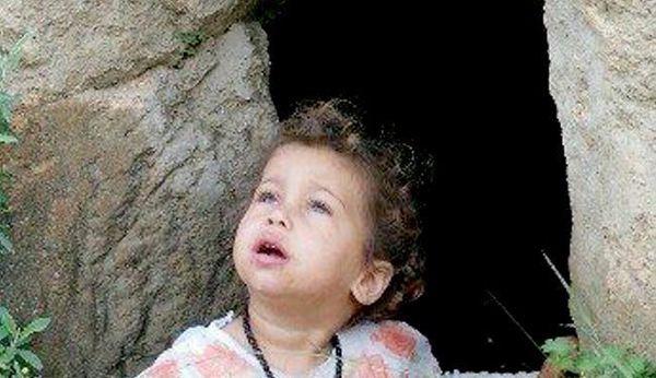 چشمان نگران دختر یمنی به دنبال جنگندههای سعودی + عکس
