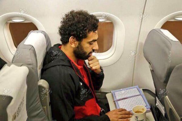 بازیکن مسلمان لیورپول در حال قرآن خواندن + عکس