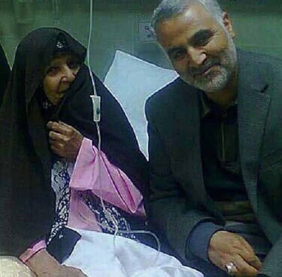 تصویری از حاج قاسم در کنار مادر یک شهید