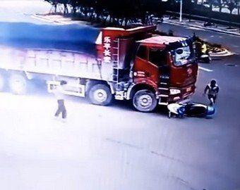موتور سواری که از زیر چرخهای دو کامیون جان سالم به در برد +فیلم