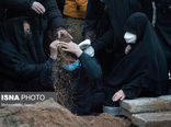 عکسی تلخ از مادر علی انصاریان بر سر مزار پسرش