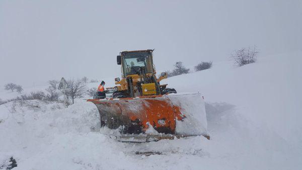 نجات سربازان از برف در مراوه تپه + تصاویر