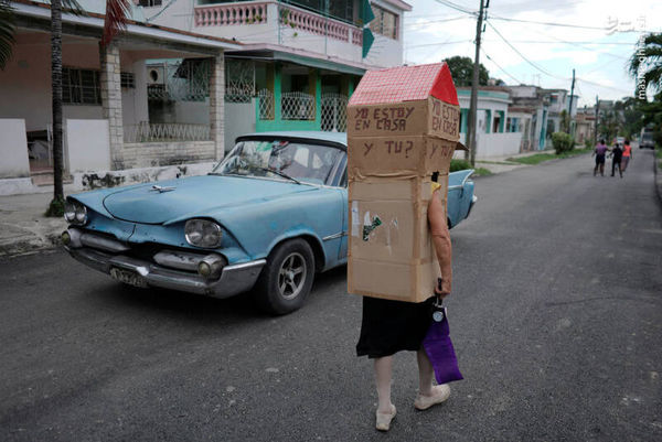عکس/ پوشش عجیب یک زن در مقابل کرونا