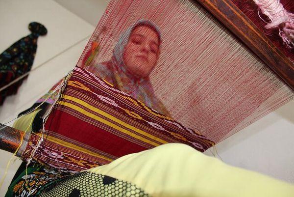 خلق رنگوارههای زیبا با دست زنان گلستانی