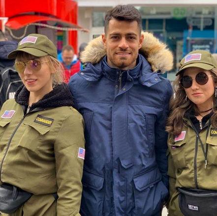 تصویر جنجالی فوتبالیست مشهور در کنار دو زن! + عکس