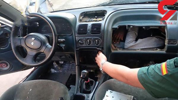 مخفی شدن یک نفر در داشبورد ماشین! + تصاویر