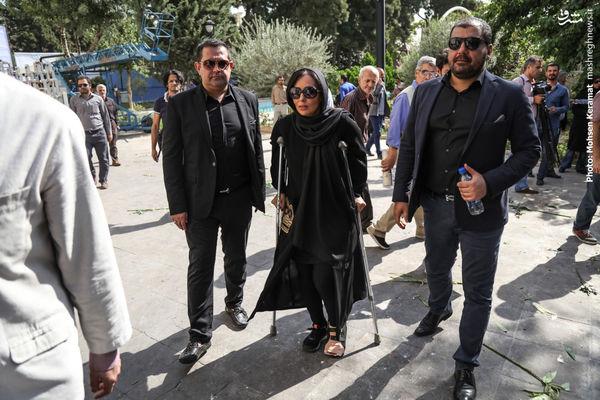 عکس/ پرستو صالحی با پای شکسته در تشییع استاد داود رشیدی