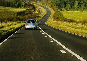 فیلم/ پرتاب شدن راننده به حاشیه جاده