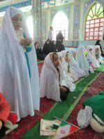 اقامه نماز کوچولوهای علی آبادی به شکرانه پیروزی انقلاب/تصاویر