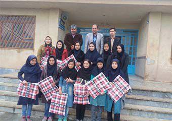 هدیه مدیرکل کتابخانه های استان گلستان به دانش آموزان دختر مراوه ای