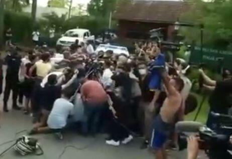 فیلم/ اتفاق عجیب در لحظه انتقال جسد مارادونا