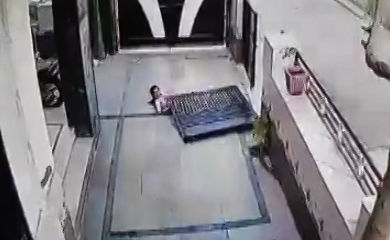 فیلم / سقوط درب سنگین آهنی روی یک دختربچه