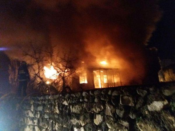 آتش سوزی منزل قدیمی فاقد سکونت در بندر گز+فیلم