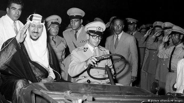 عکس: رانندگی محمدرضا پهلوی برای پادشاه عرب