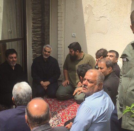 حاج قاسم در منزل شهید ناظری +عکس