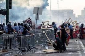 فیلم/ معترضان پرچم آمریکا را به آتش کشیدند